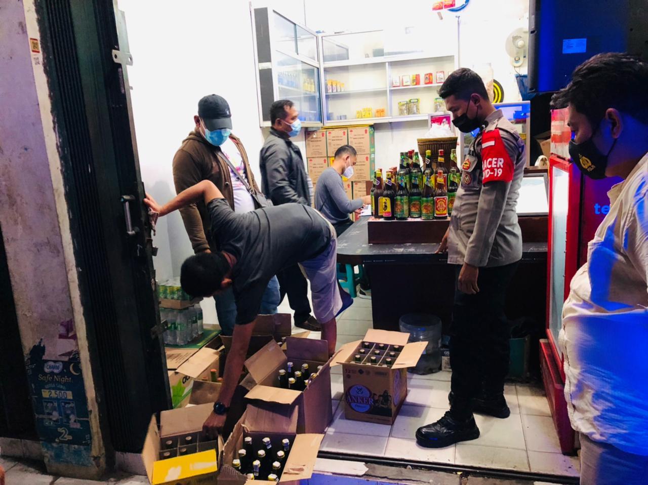 Gambar Berkedok Kios Jamu, Polsek Serang Polres Serang Kota Temukan 133 Botol Miras 17
