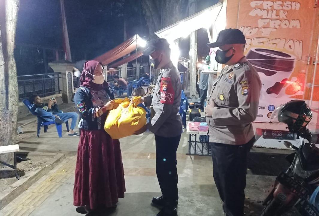Gambar Polsek Purwakarta Polres Cilegon distribusikan Sembako Dari Alumni Akpol 93 15