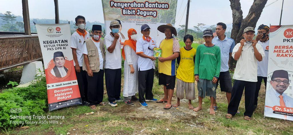 Gambar Peringati Hari Tani Nasional, DPC PKS Ciomas Berikan Bantuan Bibit Jagung, Pupuk dan Obat-Obatan Ke Petani 1