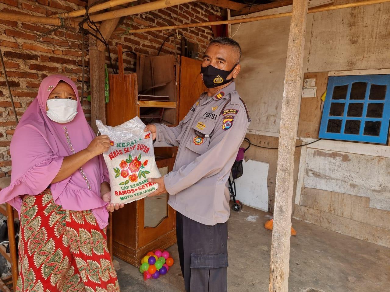 Gambar Kapolsek Kramatwatu Bagikan Beras ke Masyarakat Terdampak Pandemi Covid-19 13