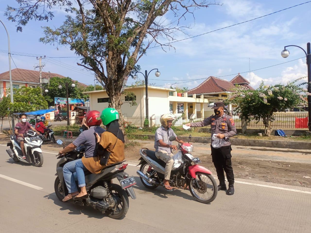 Gambar Untuk Kesekian Kalinya, Polsek Kramatwatu Bagikan Masker ke Pengguna Jalan 11