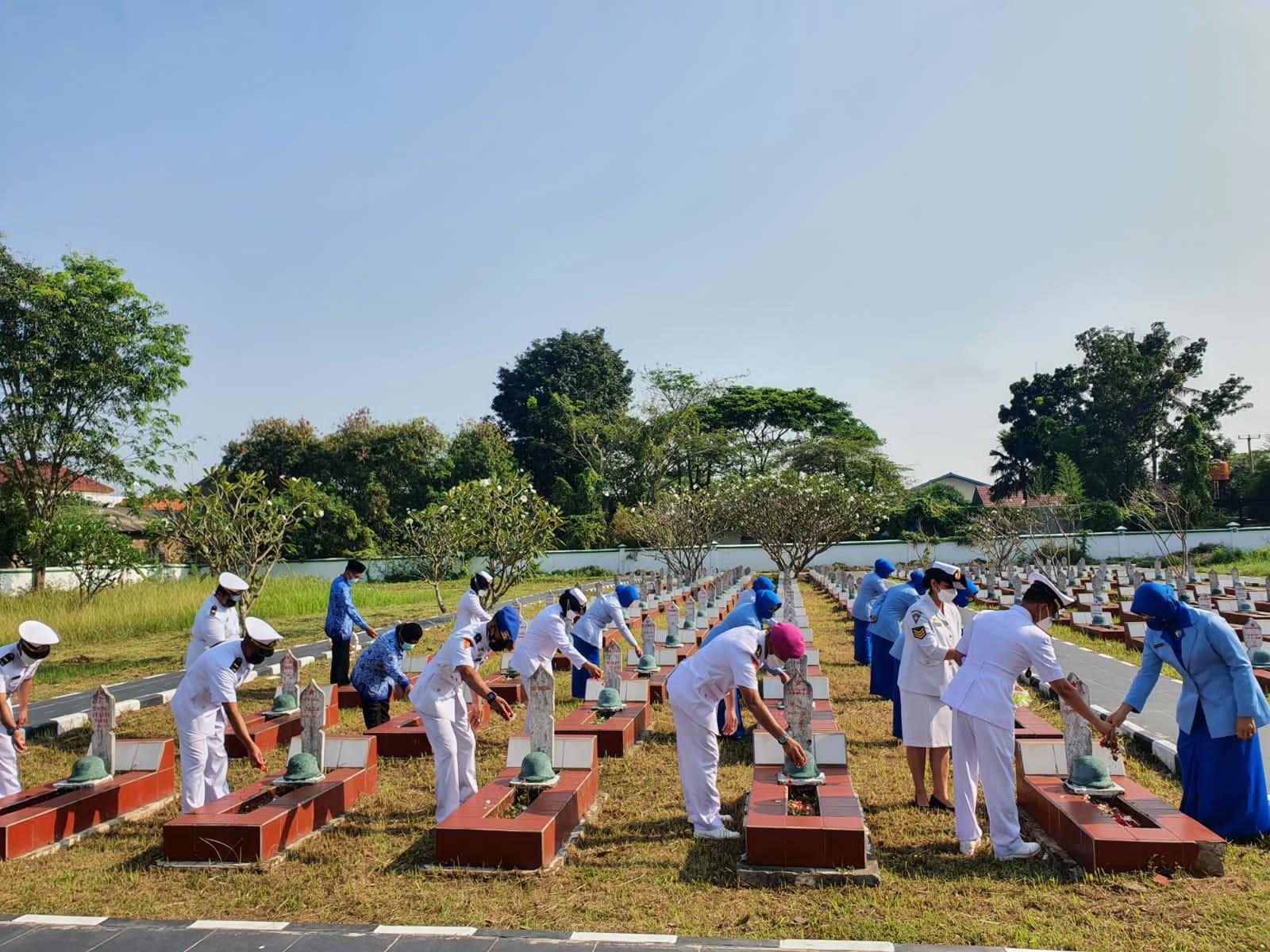 Gambar Jelang HUT TNI AL Ke 76, Lanal Banten Ziarah dan Tabur Bunga di TMP Ciceri Kota Serang 1