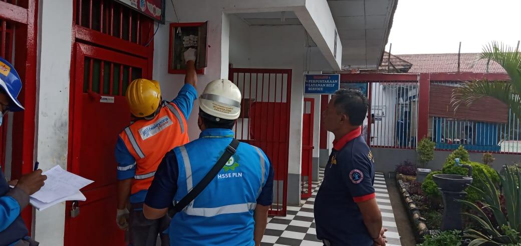 Gambar Cegah Adanya Korsleting Listrik, Lapas Serang Bersama Dengan PLN UP3 Banten Utara Lakukan Pengecekan Arus Listrik 1