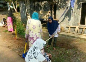 Gambar Demi Menjaga Kebersihan Dilingkungannya, Ibu Ibu Kampung Pasirtundun Desa Medalsari Laksanakan Gotong Royong 19