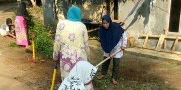 Gambar Demi Menjaga Kebersihan Dilingkungannya, Ibu Ibu Kampung Pasirtundun Desa Medalsari Laksanakan Gotong Royong 7