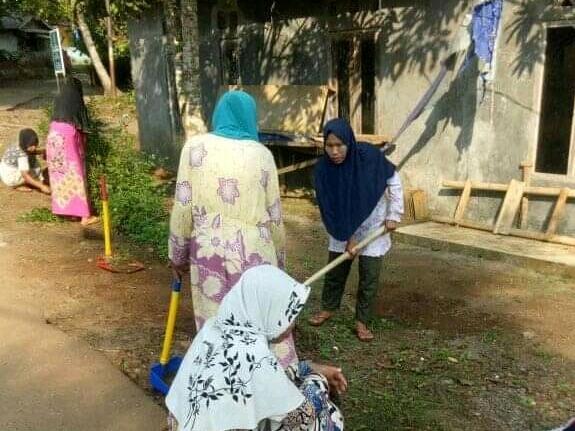 Gambar Demi Menjaga Kebersihan Dilingkungannya, Ibu Ibu Kampung Pasirtundun Desa Medalsari Laksanakan Gotong Royong 1