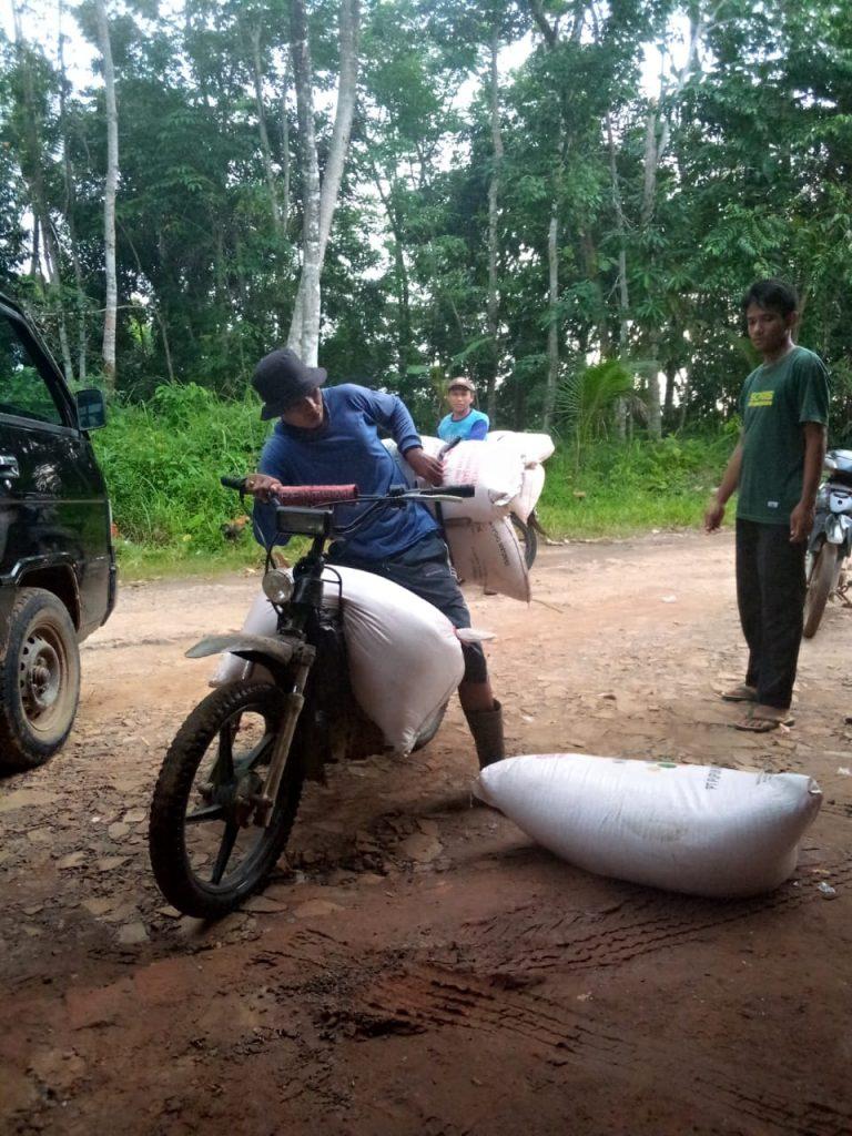 Gambar Dua Kios Pupuk Resmi Di Kecamatan Patia Jual Pupuk Bersubsidi Ke Petani Melebihi HET 1