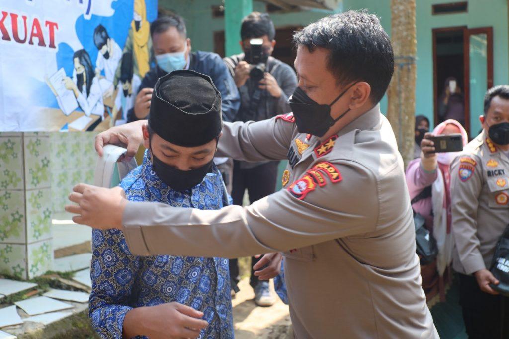 Gambar Berikan Bantuan Alat Perlengkapan Sekolah, Kapolda Banten Tinjau Pembelajaran Tatap Muka di Pandeglang 1