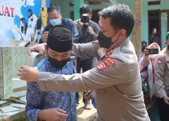 Gambar Berikan Bantuan Alat Perlengkapan Sekolah, Kapolda Banten Tinjau Pembelajaran Tatap Muka di Pandeglang 9