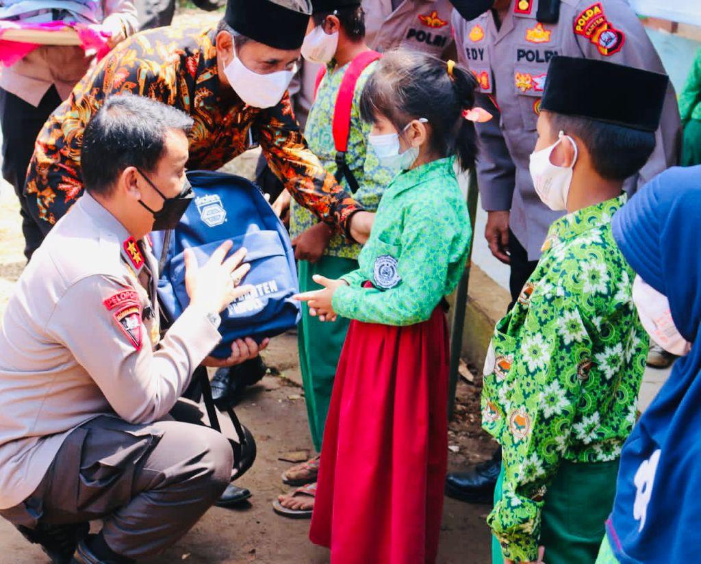 Gambar Peduli Pembelajaran Tatap Muka, Kapolda dan Wakapolda Banten Serentak Kunjungi Sekolah dan Salurkan Masker Serta Peralatan Sekolah 1