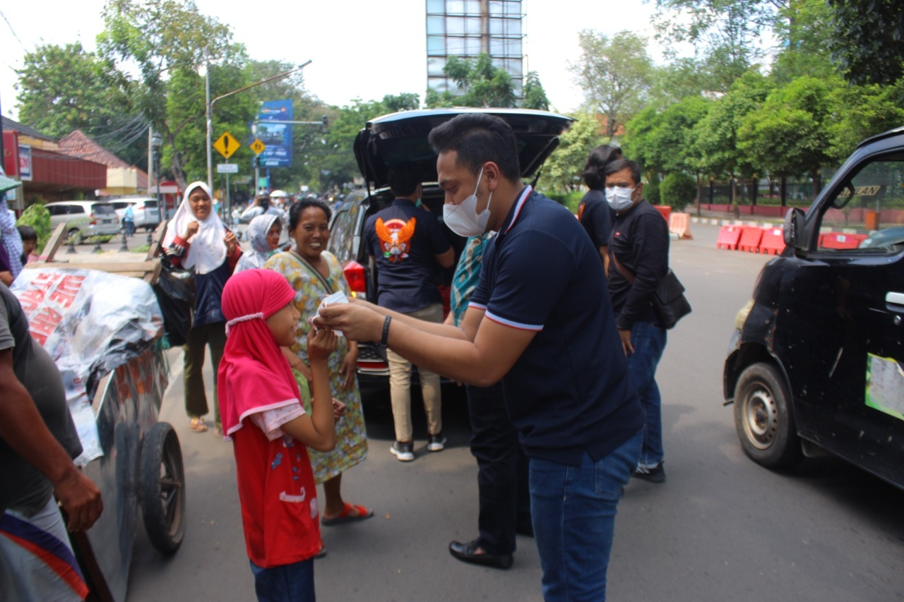 Gambar Jumat Barokah, Satresnarkoba Polres Serang Kota Bagikan Ratusan Nasi Kotak Dan Masker 1