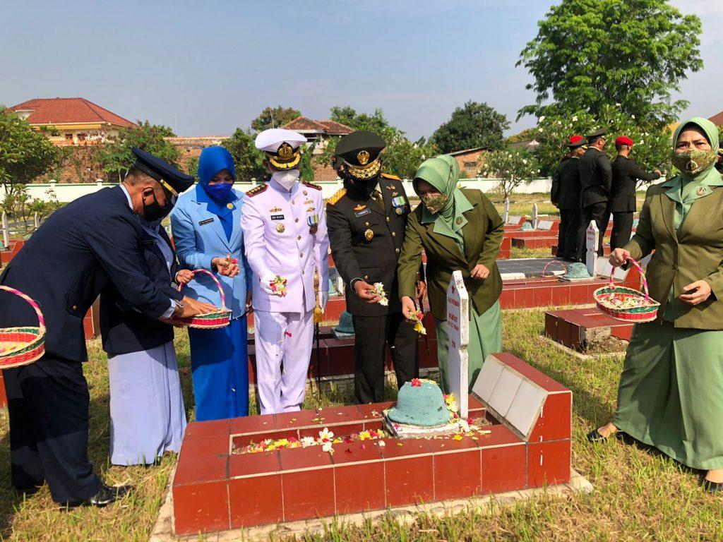 Gambar Jelang Peringatan HUT TNI Ke 76, Danlanal Banten Hadiri Upacara Ziarah Tabur Bunga di TMP Ciceri 1