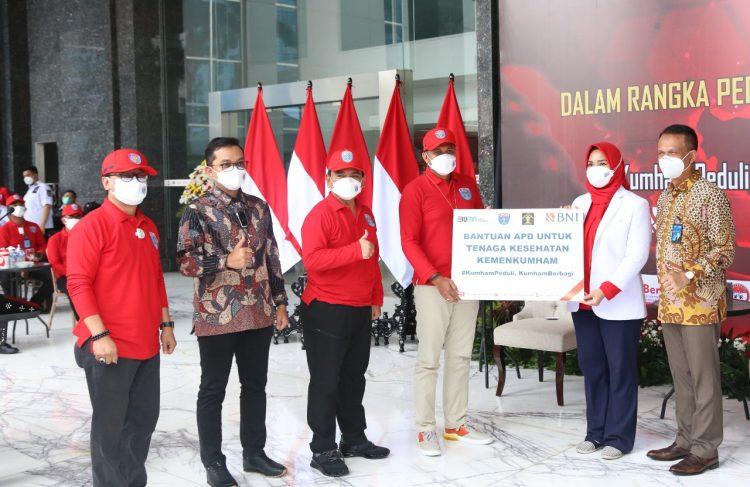 "Gambar 1.000 Bingkisan Diserahkan untuk Pasien Wisma Atlet dalam Giat ""Kumham Peduli, Kumham Berbagi dan Empati Kumham"" 47"