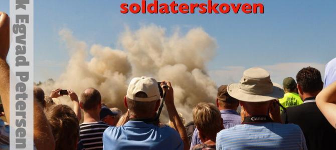 Masser af publikum: Historisk flyangreb på Zeppelinbasen i Tønder
