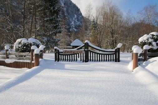 tief verschneite Zeltwiese