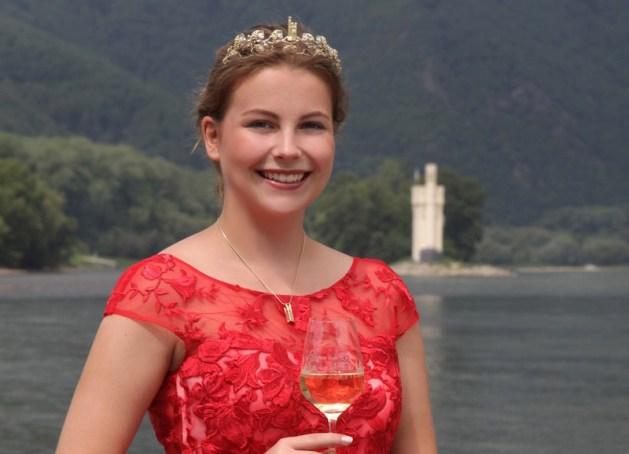 Majestät vor Mäuseturm: Annika Hohmann aus Bingerbrück will Nahe-Weinkönigin werden. Foto: Stadt Bingen