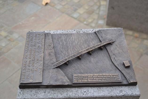 Die Drususbrücke zum Tasten und mit Erklärung in Braille-Schrift. Foto: Stadt Bingen.
