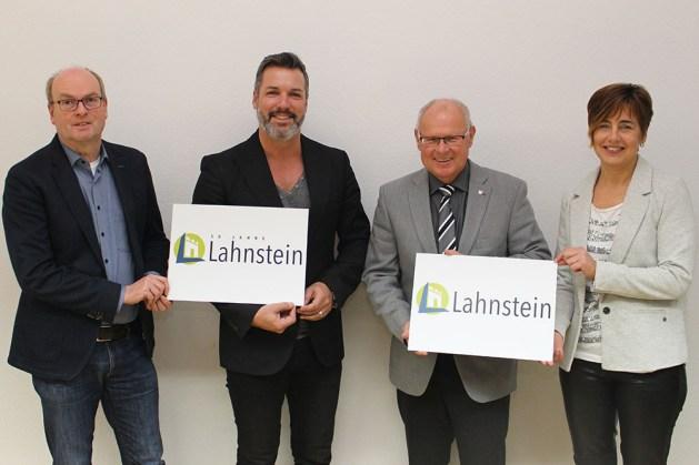 Agenturchef Wollweber und OB Labonte (2. u. 3. v. l.) mit dem neuen Lahnstein-Logo. Foto: Alexandra Schäfer / Stadt Lahnstein