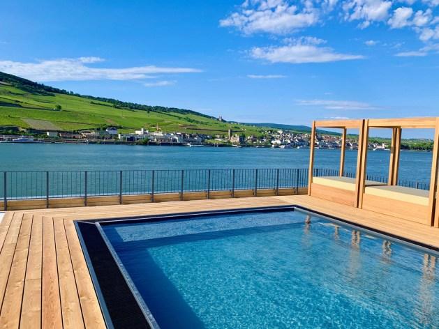 """Hotel """"Papa Rhein"""" in Bingen: Der Pool auf dem Dach."""