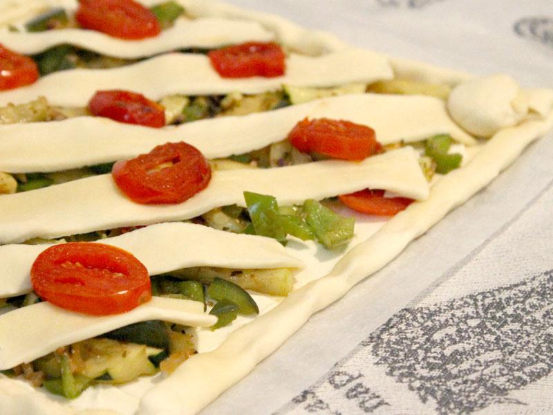 Blätterteigpizza bevor sie in den Ofen kommt!
