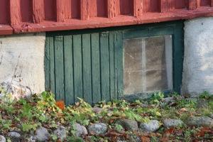 Dörren hade samma gröna färg som fönstergluggarna till källaren. Visst är det fantastiskt att rött och grönt harmoniserar så bra, det är ju faktiskt frågan om komplementsfärger