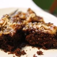Brownies med jordnötsmör och kolasås, veganska