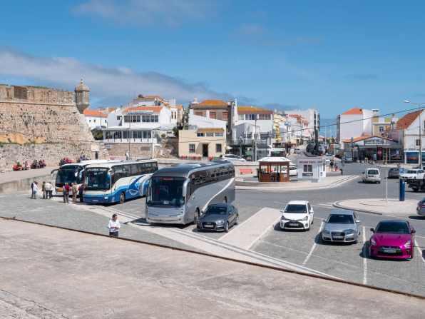 Busser med turister kommer til det som nå er et museum. Peniche, Portugal. Foto © RoyGabrielsen.com