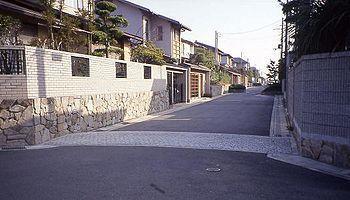 350px-Katsurazaka-nt桂坂ニュータウンハンプ.jpg