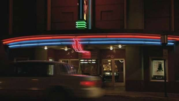 Rosewood Movie Theater. Imagem: Pretty Little Liars Wikia.