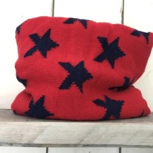 Rode colsjaal met blauwe sterren