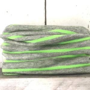 grijs colsjaaltje met fluor strepen