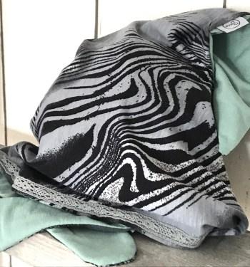 Grijze meisjes bandana met zwarte zebraprint