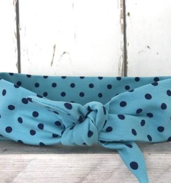 Lichtblauw haarbandje met donkerblauw stippen