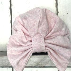 Roze mutsje met strik