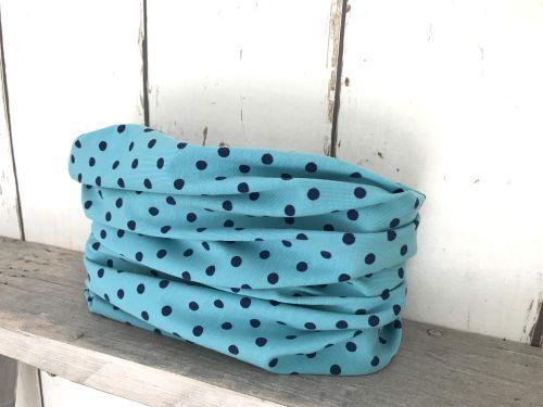 lichtblauw colsjaaltje met donkerblauwe stippen.