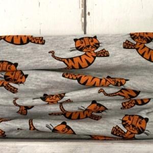 Lichtgrijze colsjaal met stoere oranje tijgers voor jongens