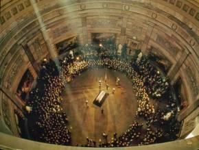 Ataúd de John F. Kennedy durante su funeral en 1963