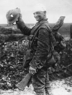 El soldado y su casco en 1918
