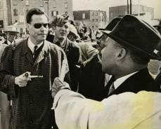 George Lincoln Rockwel, líder del Partido Nazi Americano, se encuentra cara a cara con Martin Luther King Jr en 1965.