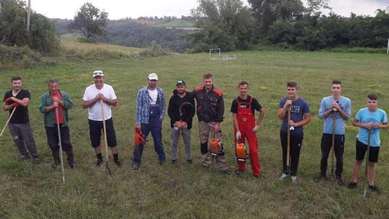 Omladina uredila fudbalski stadion u džematu Glinje (FOTO)