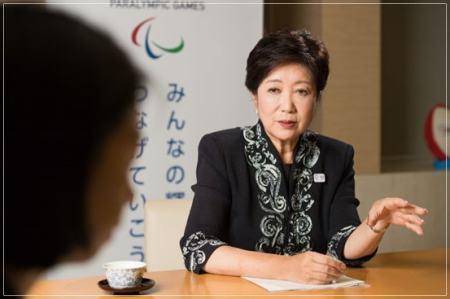 インタビューに答える小池百合子東京都知事