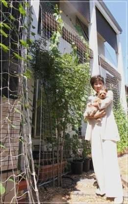 小池百合子都知事の自宅「エコだハウス」の庭で愛犬荘ちゃんと一緒に撮った笑顔の2ショット