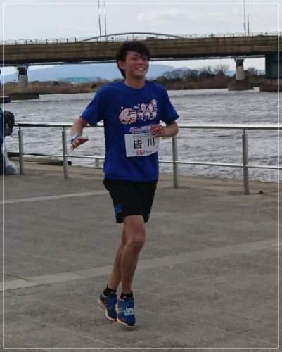 ネイビーズアフロの皆川の趣味はマラソン!走っている画像