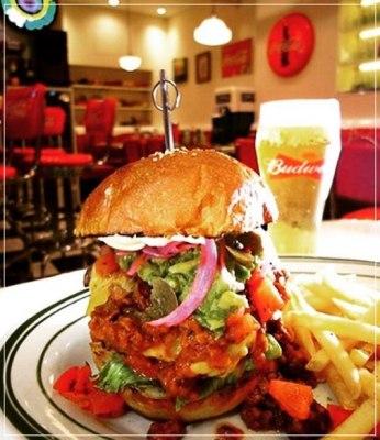 瑛人おすすめの横浜にあるハンバーガー屋さんPenny's Dinerのハンバーガーがすごい
