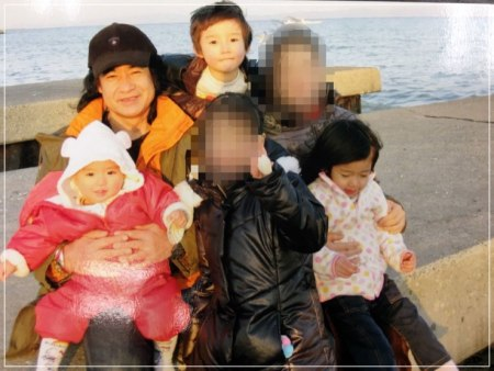 藤岡真威人と母親と家族写真