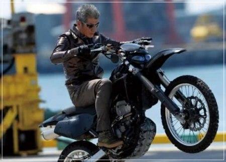 白髪ヘアでバイクをかっこよく乗り回す吉川晃司の画像