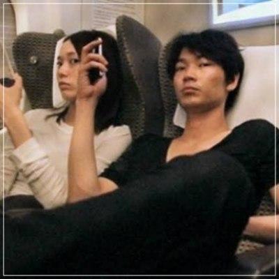 戸田恵梨香と綾野剛の飛行機内での2ショット画像
