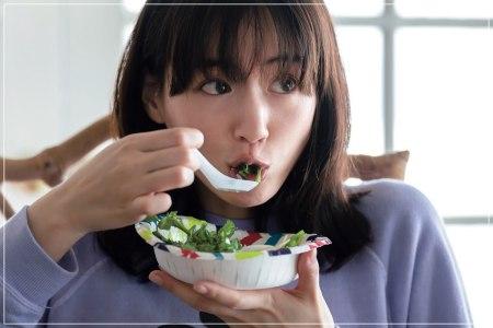 韓流スターのノミヌと熱愛が報じられた綾瀬はるかがご飯を食べている画像