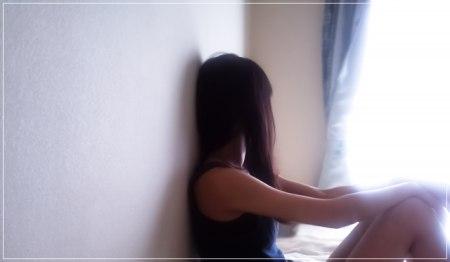 友達ができず部屋で寂しそうな女性の画像