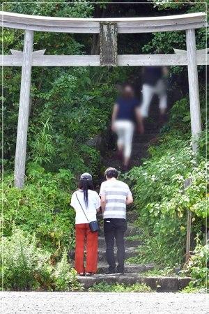 福岡デートで神社に訪れたこじるりこと小島瑠璃子と原泰久の2ショット画像